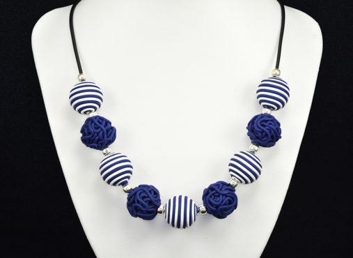 Unikatna verižica Mornar v temno modri in beli barvi. Mornarska kombinacija verižice bo izpopolnila tvojo črtasto garderobo v temno modri in beli barvi.