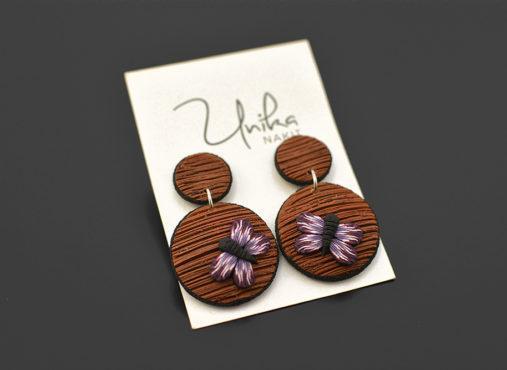 unikatni viseči uhani leseni videz viola metulj - Unika Nakit